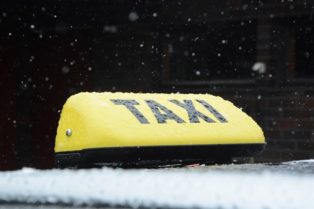 Ändringarna i lagstiftningen innebär bland annat att den gul-svarta taxilyktan blir obligatorisk.