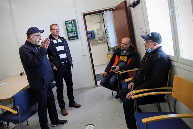 Nils Nygård från Helsingby, Juha Saarimäki från Sevar och Juha Pensas och Olli Kauppi från Ruto konstaterar att samarbete mellan byar på båda sidor av kommungränserna är viktigt. Namninsamlingen är ett exempel på hur de kan påverka tillsammans.