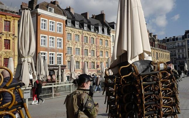 Staplar av stolar utanför ett café i Lille i Frankrike.
