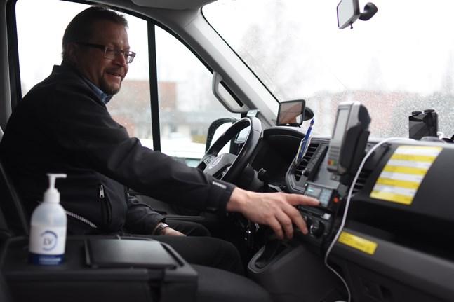 Tom Holmlund har taxameter i bilen och den gula skylten på taket. Han tror inte att lagändringarna kommer att påverka taxibranschen i så hög grad, åtminstone inte på landsbygden.