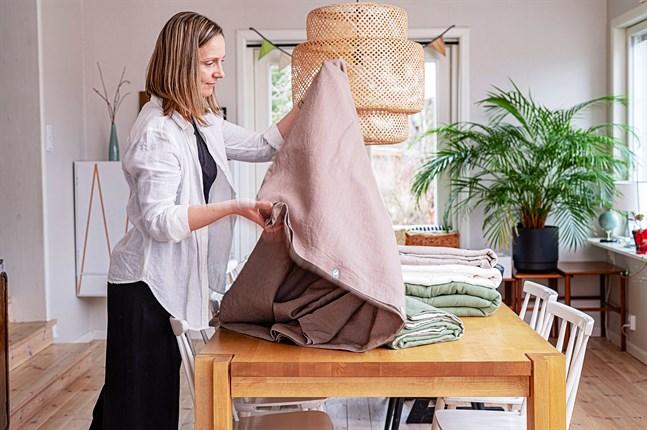 Rael Leedjärv-Östman syr brukstextilier i linne med produktnamnet Dunsjö Linne.
