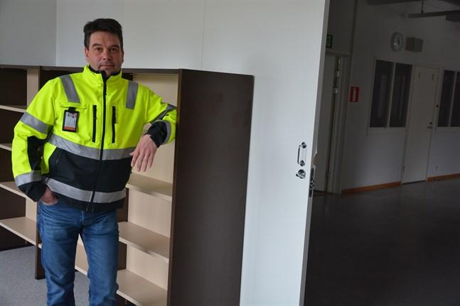 Ulf Granås konstaterar att det finns en del bokhyllor i KKC:s matsalsbyggnad. De är kvar sedan biblioteket fanns där under den tid då biblioteksbyggnaden renoverades.
