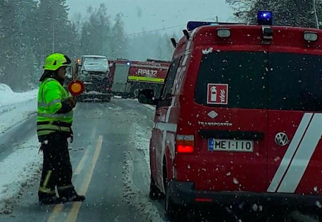 Räddningsverket åkte ut till en bilolycka i Replot där två bilister frontalkrockat. Enligt uppgift klarade sig förarna utan större skador.
