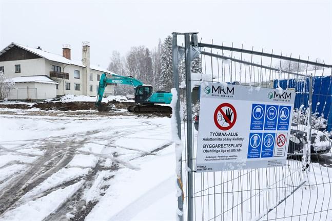 Grävjobbet är nu i gång där en ny tandklinik ska byggas i Vörå trots att besvär lämnats in.