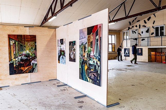 """Till vänster i bild """"Rummets poetik"""" av Emilia Nurmivaara. Hennes måleri baserar sig på den synliga världen med vardagliga motiv från hennes eget barndomshem."""