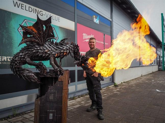 Valter Kangas konstverk draken S'mores står nu utanför järnhandeln Työkaluässä i Karleby. Kronobybon hoppas på att beskådarna får ta del av hans hantverk och att det inspirerar andra.