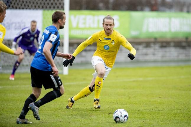 Inters Jesper Engström (till vänster) spelade hela matchen mot KuPS´ Henri Toivomäki.