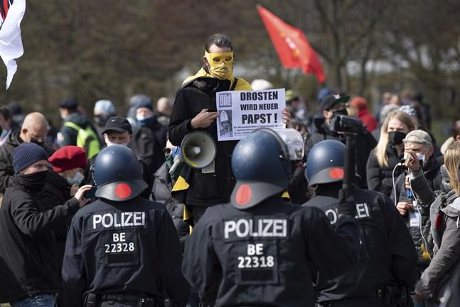 Alla är inte nöjda när stora delar av Tyskland nu går in nattliga nedstängningar och skärpta restriktioner. Bild från protester för en dryg vecka sedan.