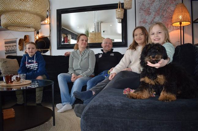 Adine, Mirella, Thomas, Amelia och Alicia Enlund med hunden Zoe som är hela familjens sällskapshund men också ska hålla extra koll på Alicias blodsockernivå.