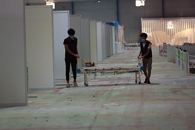 Ett fältsjukhus för covid-19-patienter byggs upp i Iraks huvudstad Bagdad. Sjukhuset på bilden är inte samma sjukhus som i texten. Arkivbild.