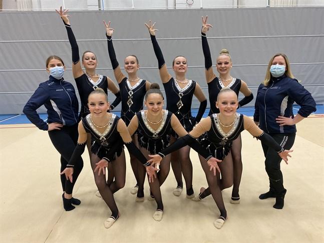 Det blev guld i FSG-mästerskapen för truppen Arella L. Uppe från vänster: Emma Nyholm (ledare), Aurora Krasniqi, Laura Ylikoski, Alexandra Engelholm, Tilda Widberg och Charlotte Grönvik (ledare). Nere från vänster: Minnie Ylikoski, Emelie Enlund och Nova Bergkulla.