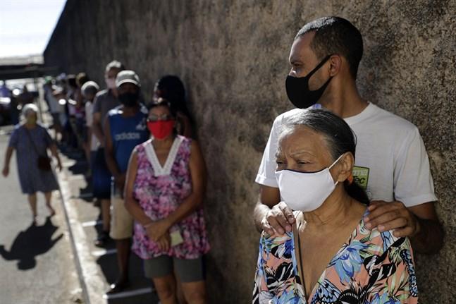 Äldre väntar i kö för att få vaccin mot COVID-19 vid ett hälsocenter i Brasilia, Brasilien. Arkivbild.