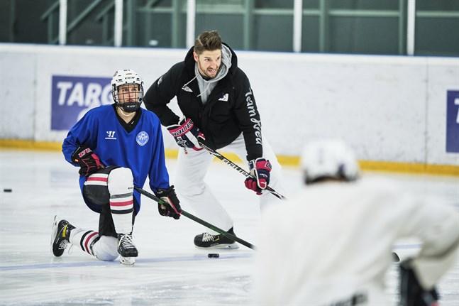 Oskar Osala förevisar sina kunskaper för deltagarna. Till vänster landslagsspelaren Jenniina Nylund från Jakobstad.