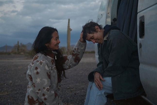 """Både Chloé Zhao, till vänster, och Frances McDormand fick pris på Oscarsgalan för filmen """"Nomadland"""". Zhao för bästa regi och McDormand för bästa kvinnliga skådespelare. Filmen utsågs dessutom till bästa film. Bild från inspelningen av filmen."""