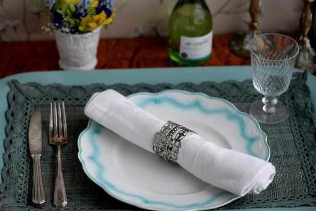 Hämtpizza framför tv:n igen? Variera dig, duka upp lite fint vid matbordet och bjud dig själv på en vällagad middag.