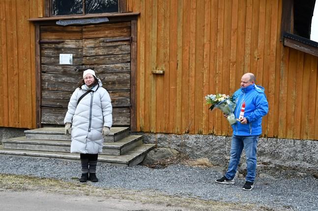 Bildningsdirektör Sirkka Suurla och bildningsnämndens ordförande Johan Bärnlund delade ut priset Årets fyr till en aktiv förening i Kaskö.
