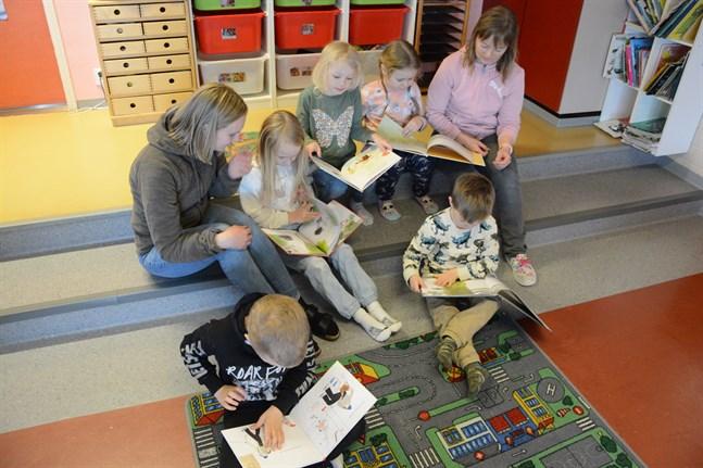 Barnen på Härkmeri daghem fick många nya böcker att bläddra i.