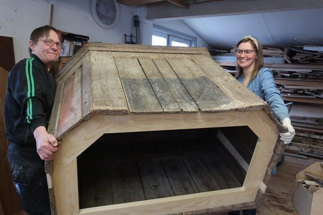 Eeva Björkbacka och Evalis Sundkvist visar hur det gamla altaret förstärkts från insidan.