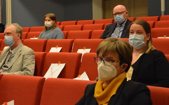 Pekka Eränen, Agneta Teir och Jessica Bårdsnes följer med debatten. Bakom dem ungdomsfullmäktiges representant Natascha Yli-Valkama och fullmäktiges första vice ordförande Paavo Rantala.