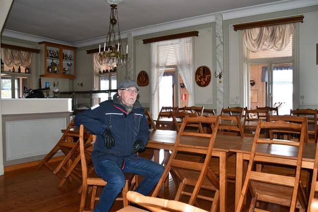 Christian Buss vid Kristinestads segelförening hoppas nå ända fram i förhandlingarna med krögarparet så att sommarrestaurang Pavis öppnar igen.