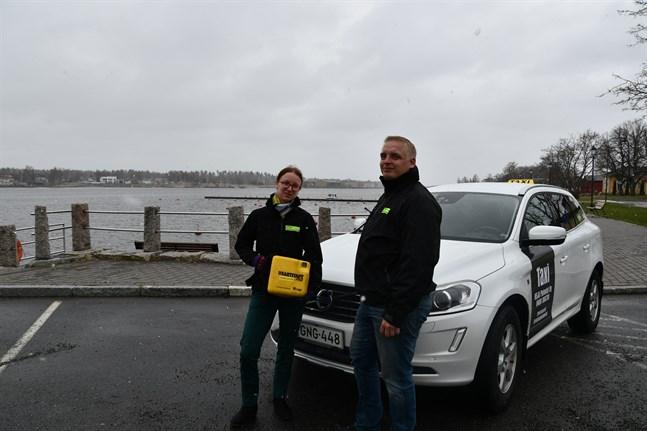 Säkerheten är a och o, säger Sanna-Mari och Patrik Haapamäki. Med i bilen finns en hjärtstartare.