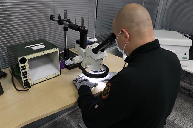 Finska vikens sjöbevakningssektions enhet för brottsbekämpning har analyserat coronaintyg för att komma misstänkta förfalskningar på spåren.