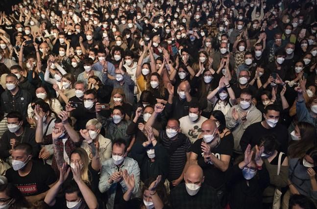 De 5000 i publikhavet vid experimentkonserten i Barcelona har klarat sig från smitta, visar provtagningar som gjorts två veckor senare.