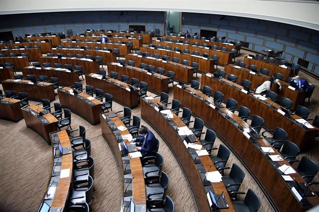 Nu är regeringen piskad att få stöd från Samlingspartiet för att EU-paketet ska kunnas baxas genom riksdagen. Sannfinländarna och KD stöder inte paketet.
