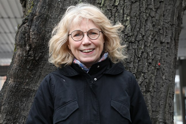 """Metha Skog har själv formgett sin nya diktsamling """"Avståndet från näbb till borterst hörbara läte"""", hennes nionde i ordningen."""