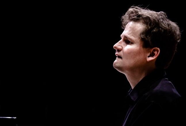 Olli Mustonen påbörjade sina musikstudier som femåring. Vid det här laget har han uppträtt på konsertscener runtom i världen både med egna recitaler och med topporkestrar.