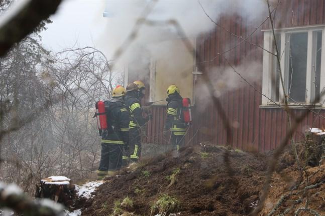 Här övar brandmän från Malax, Korsnäs och Vörå på att göra en insats från utsidan vid en brand.