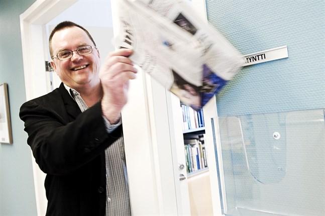 """Kenneth Myntti, journalist på Österbottens tidning och Vasabladet, fick priset 2011. Myntti prisades """"för hans oförvägna och analytiska sätt att belysa finlandssvenskarnas situation i ett alltmer utsatt Svenskfinland""""."""