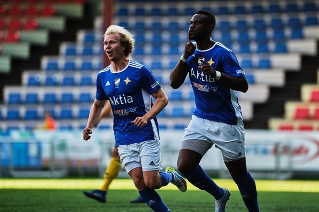 Junior Oyono, till höger, är aktuell som anfallare för Sporting. Han har tidigare gjort mål i bland annat Vasa IFK.