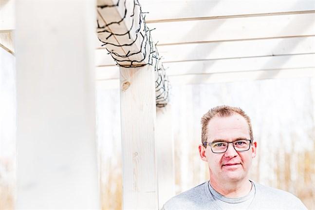 Sören Östman bor i Larsmo med sin familj. Han är egenföretagare med många järn i elden, men han vill ta sig tid att hjälpa andra som kämpar med mobbning.