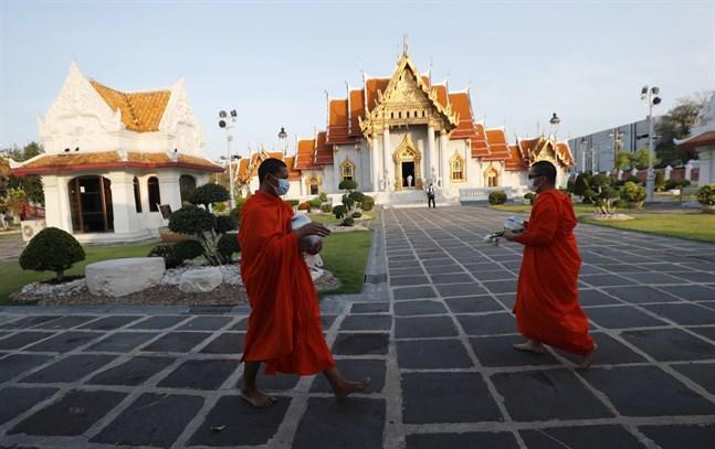 Munkar iförda munskydd vid det berömda templet Wat Ben i Bangkok. Bild från tidigare i april.