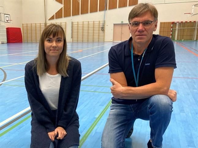 Ida Hautaoja och Anders Wahlberg är oroliga. Det finns för få simhallsövervakare i regionen.