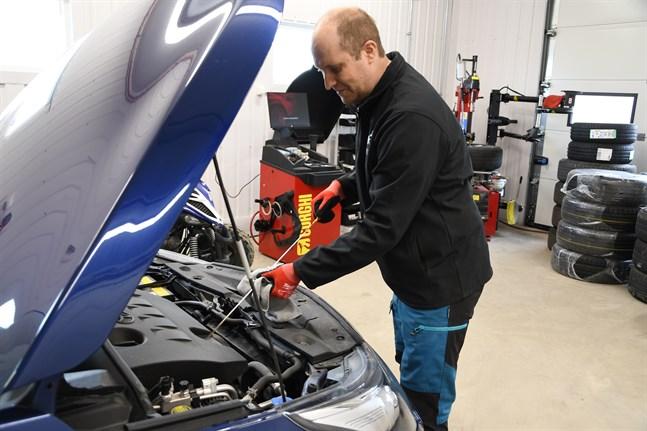 Patrik Rosenback har reparerat bilar i 25 år. Han utför bland annat krockskadereparationer efter viltolyckor och har fått in fler objekt än vanligt den gångna vintern.