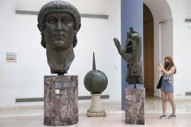 Statyn av Konstantin den store på Kapitolinska museerna i Rom har nu fått tillbaka det pekfinger som fortfarande saknas på den här bilden.
