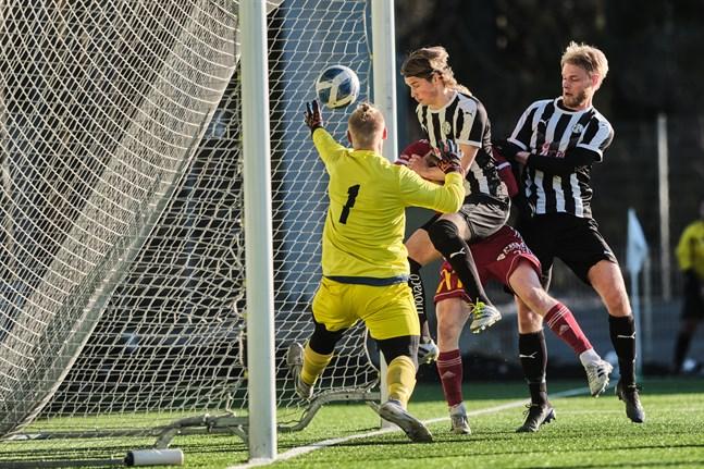 Mittbacksparet Josep Nuorela och Samuel Lindeman är framme och ser till att bollen säkert är över mållinjen. Men 1–0 torde ha varit Aatu Laatikainens verk.