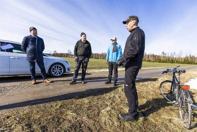 """Patrik Pada, Jan Lång, Jens Fochsell och Mika Billing vill att både myndigheter och andra ska veta att åsikterna är delade. Men samtidigt är det inget som påverkar stämningen i byn. """"Det är inget man diskuterar dagligen"""", säger Foschell."""