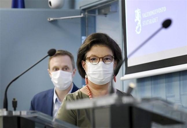 Direktör Pasi Pohjola och strategidirektör Liisa-Maria Voipio-Pulkki vid Social- och hälsovårdsministeriets deltog i ministeriets och Institutet för hälsa och välfärds återkommande coronavirusinfo på torsdagen.