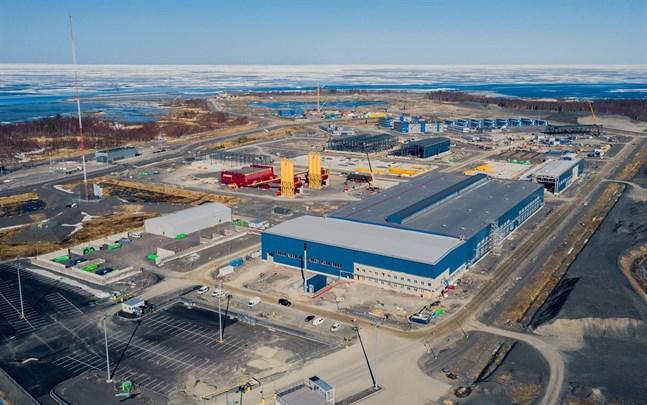 Ett flertal servicebyggnader finns redan på Hanhikiviudden i Pyhäjoki, 100 kilometer norr om Karleby.