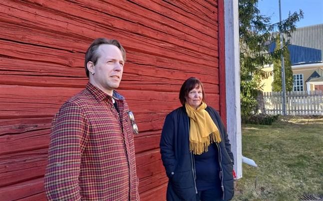 Johan Aspelin och Anci Holm har fullt upp med förberedelserna inför sommarteatern vid Kuddnäs. Som vandringsteater fungerar den bättre med eventuella restriktioner.
