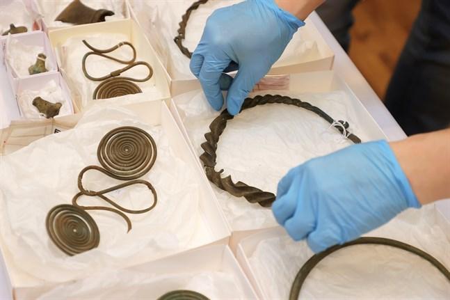 Halsringar, fotringar, kedjor och andra föremål från yngre bronsåldern hittades av en slump i en otillänglig bergssluttning söder om Alingsås, där de troligen deponerats för att visa välstånd.