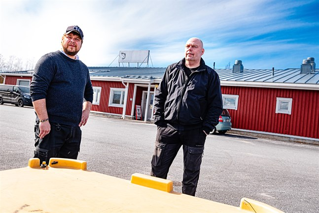 Sebastian Höglund och Anders Högberg vid Fiskboden vid Ådö fiskehamn i Jakobstad. Höglund har nu köpt Fiskboden.