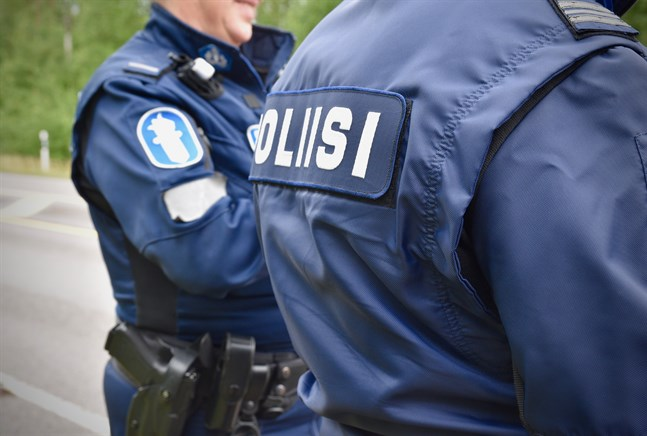 På polisuniformen behöver i fortsättningen inte finnas en namnbricka där polisens efternamn står skrivet.