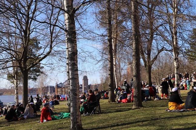 Under valborgsmässoafton samlades många i Hovrättsparken. – Som en typisk sommarnatt, säger polisens kommunikationschef Mikael Appel.