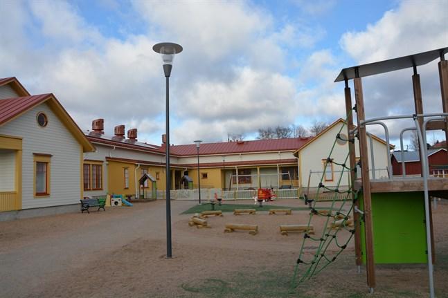 Två lärare inom småbarnspedagogik har anställts vid Myllybackens daghem i Kristinestad. Även flera anställda med tidsbundna avtal får nu ordinarie jobb, bland annat två i kökspersonalen.