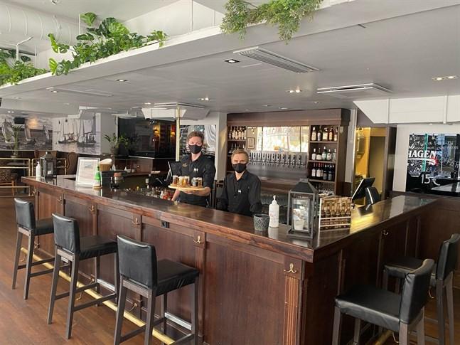 Troy Bodman och restaurangchef Ville Kuusisto i den uppfixade pub Stallhagen.
