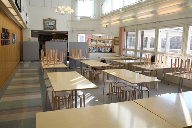 Det är trångt i Pjelax skola och undervisning försiggår också i matsalen, som skärmas av enligt behov.